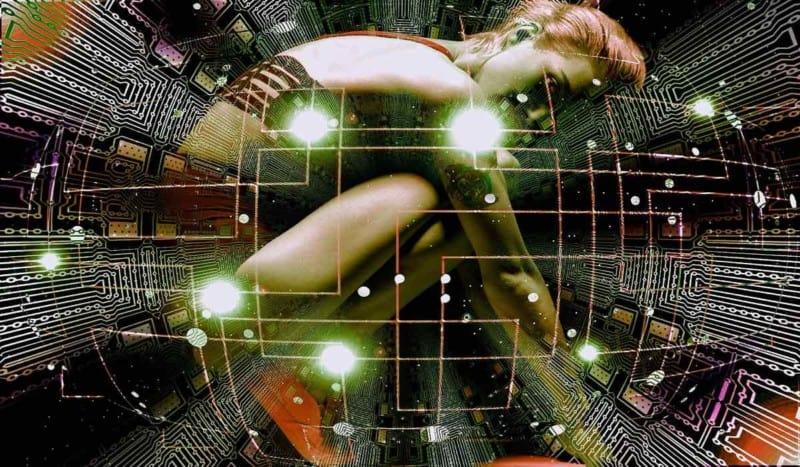 Lo scenario digitale ha modificato profondamente il rapporto tra arte e comunicazione. Che cosa è rimasto dell'unicità di un'opera d'arte nel momento in cui tutto è replicabile all'infinito? L'arte conserva ancora il suo potenziale in termini di scambio simbolico o è stata fagocitata dalla performance?