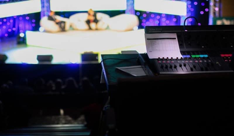 Televisione e social media: insieme per una visione interattiva.