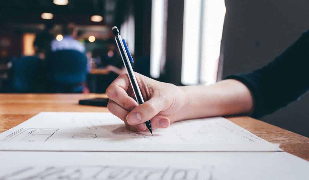 testo-giornalistico Piramide rovesciata: cos'è e come si sta evolvendo la scrittura nel giornalismo