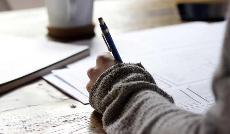 Scrittura e racconto biografico rappresentano il modo migliore per accedere alla memoria delle singole persone e delle famiglie, coltivarla e farne materiale utile a crescere e capire.